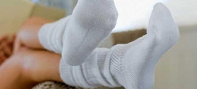 Как легко и быстро отстирать грязные белые носки?