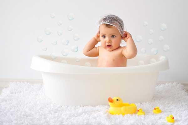 малыш-купается