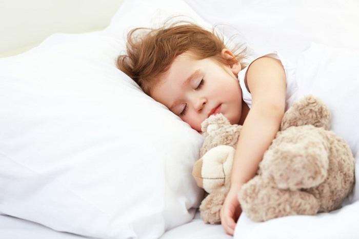 Когда ребенку можно начинать спать на подушке